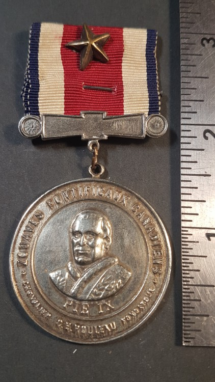 #83 Medaille zouaves pontificaux canadiens. Vieil argent au portrait du Pape Pie IX. Pour long service